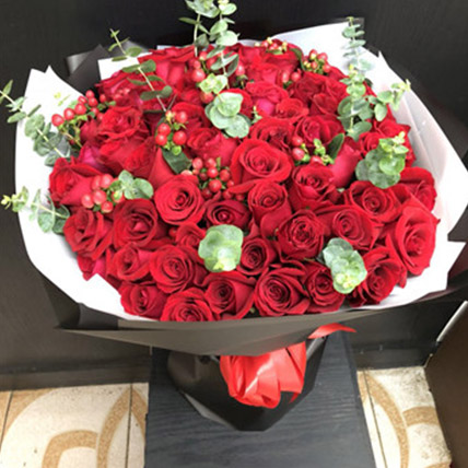 Red Rose Elegance: Send Flowers To China