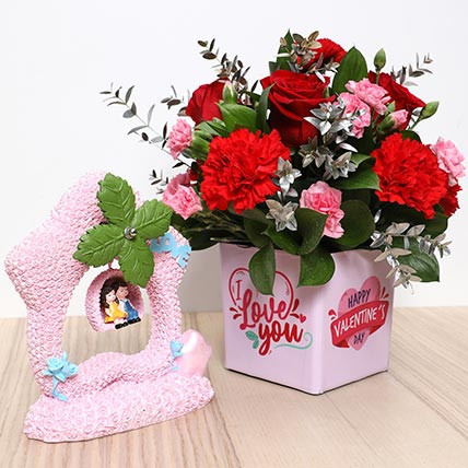 Valentines Flower Vase and Couple Idol: Valentine Gift Hampers to Ajman
