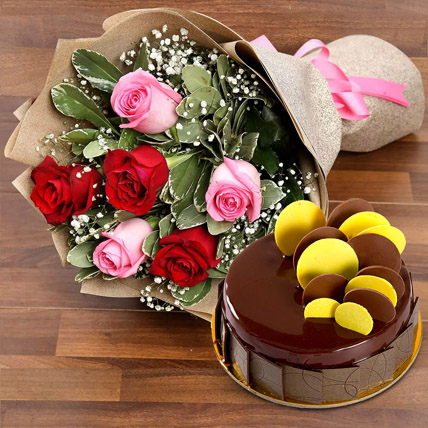 Beautiful Roses Bouquet With Chocolate Fudge Cake: Cake and Flowers