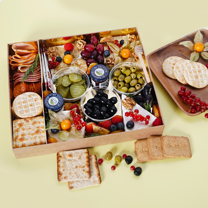 Small Cheese Box with Condiments: Gift Hampers